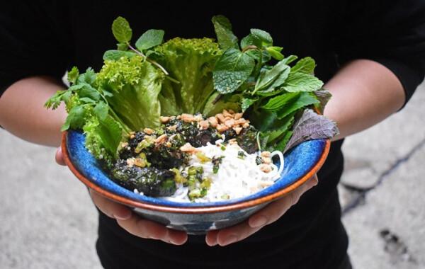 Borslevélbe tekert hústekercsek bún tésztával és zöldségekkel