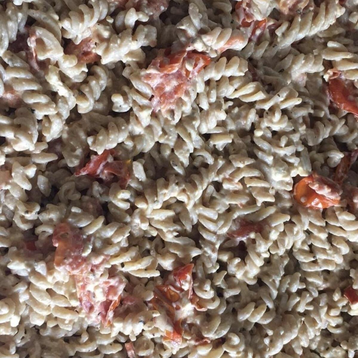 Ezen a képen: Paradicsomos-fetás tészta