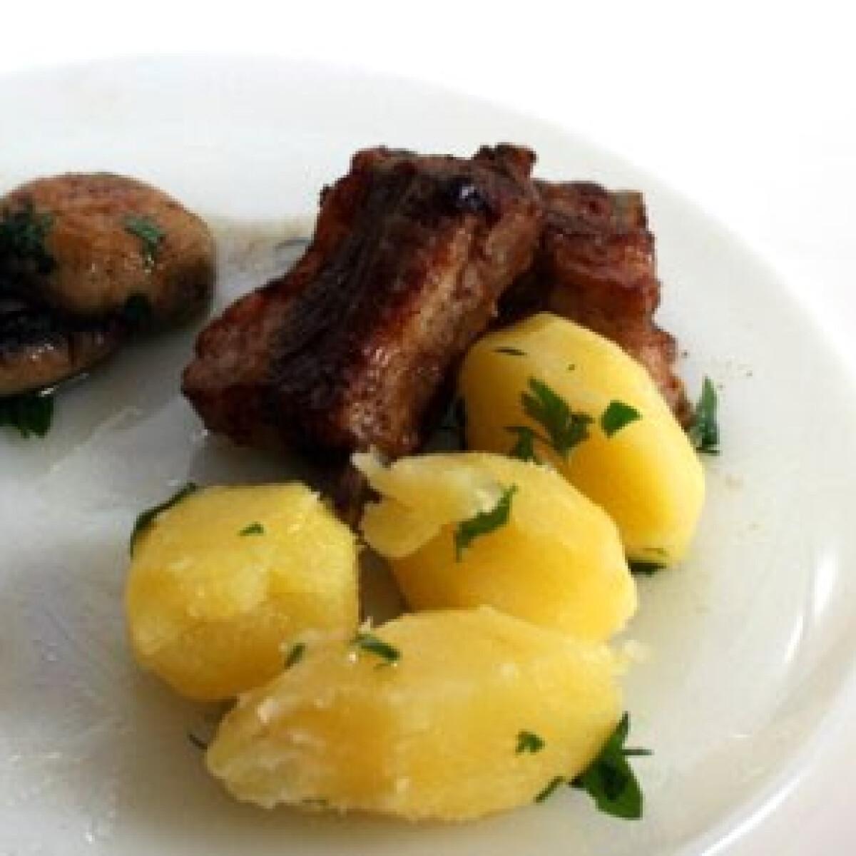 Ezen a képen: Sült oldalas petrezselymes krumplival és gombával