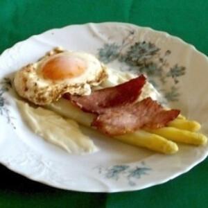 Csirág orosz mártással, sonkával, tükörtojással