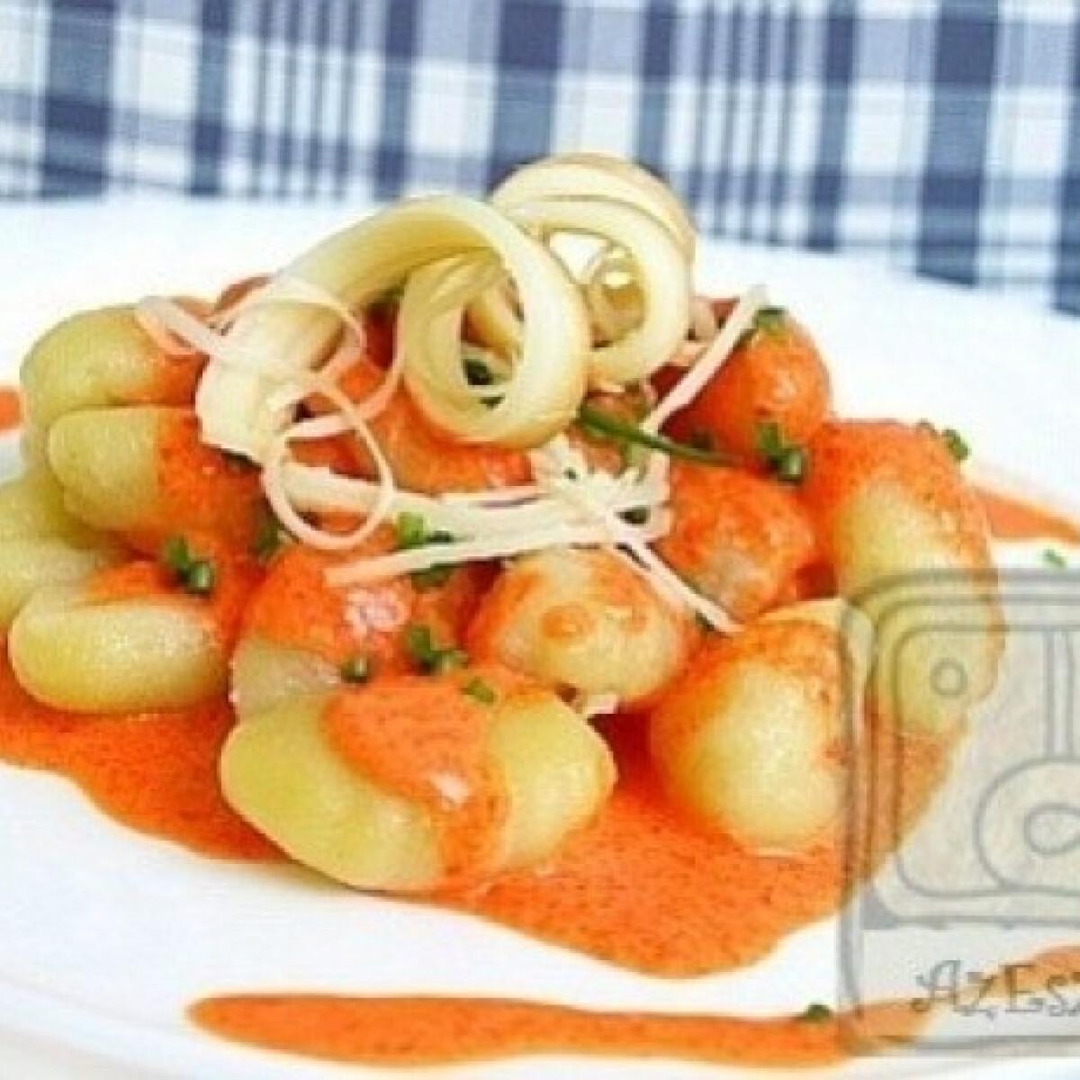 Ezen a képen: Gnocchi sültpaprika krémmel és parenyicával