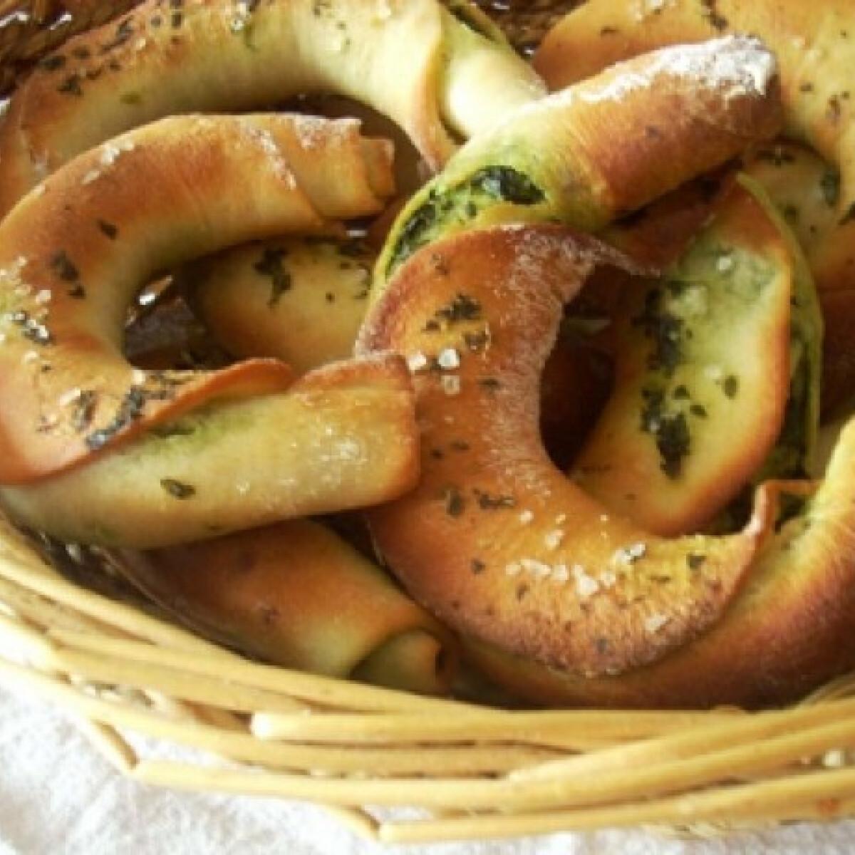Ezen a képen: Medvehagymás kifli kenyértésztából