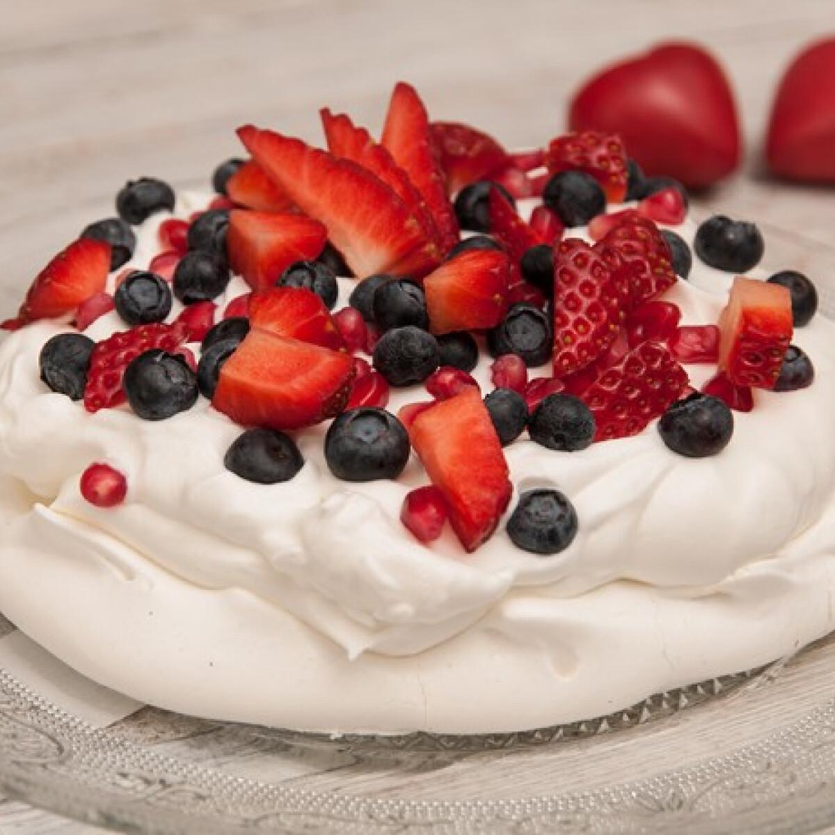 Ezen a képen: Valentin-napi pavlova torta
