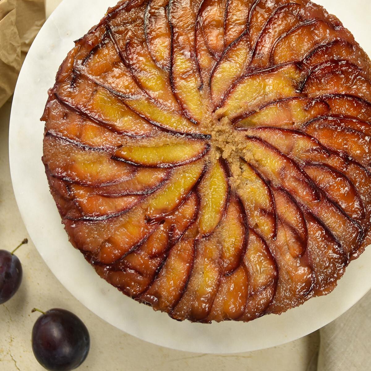 Ezen a képen: Fordított szilvás sütemény