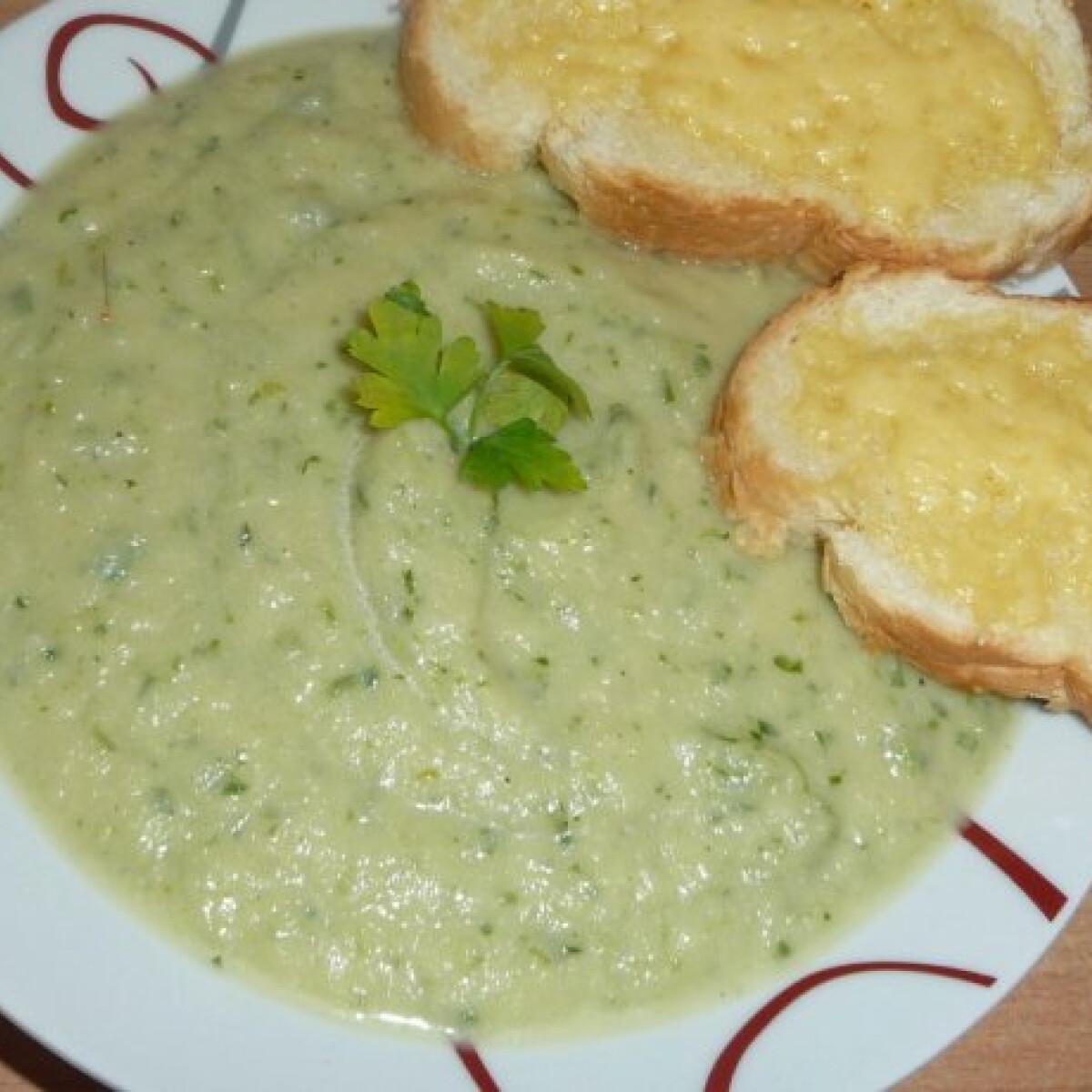 Ezen a képen: Petrezselyemkrémleves sajtos-olívás zsemlével