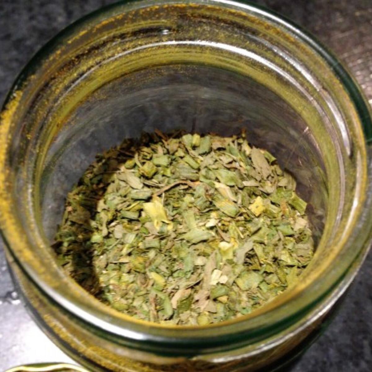 Ezen a képen: Fokhagymás-zöldfűszeres saláta-fűszerkeverék