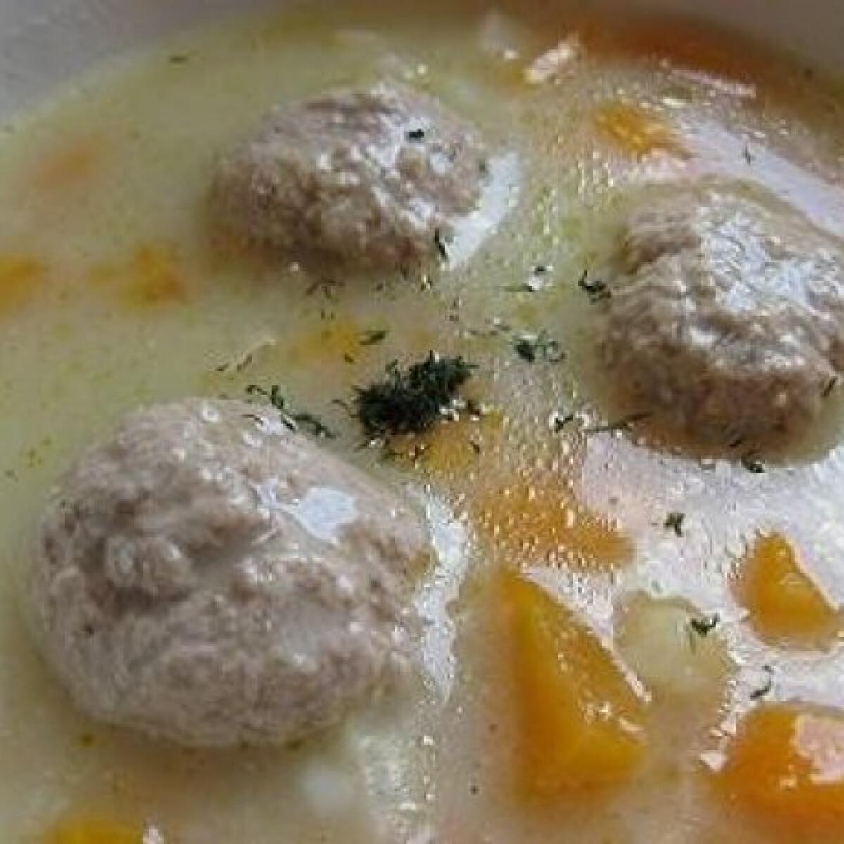 Ezen a képen: Húsgombóc leves kovászos uborka levéből