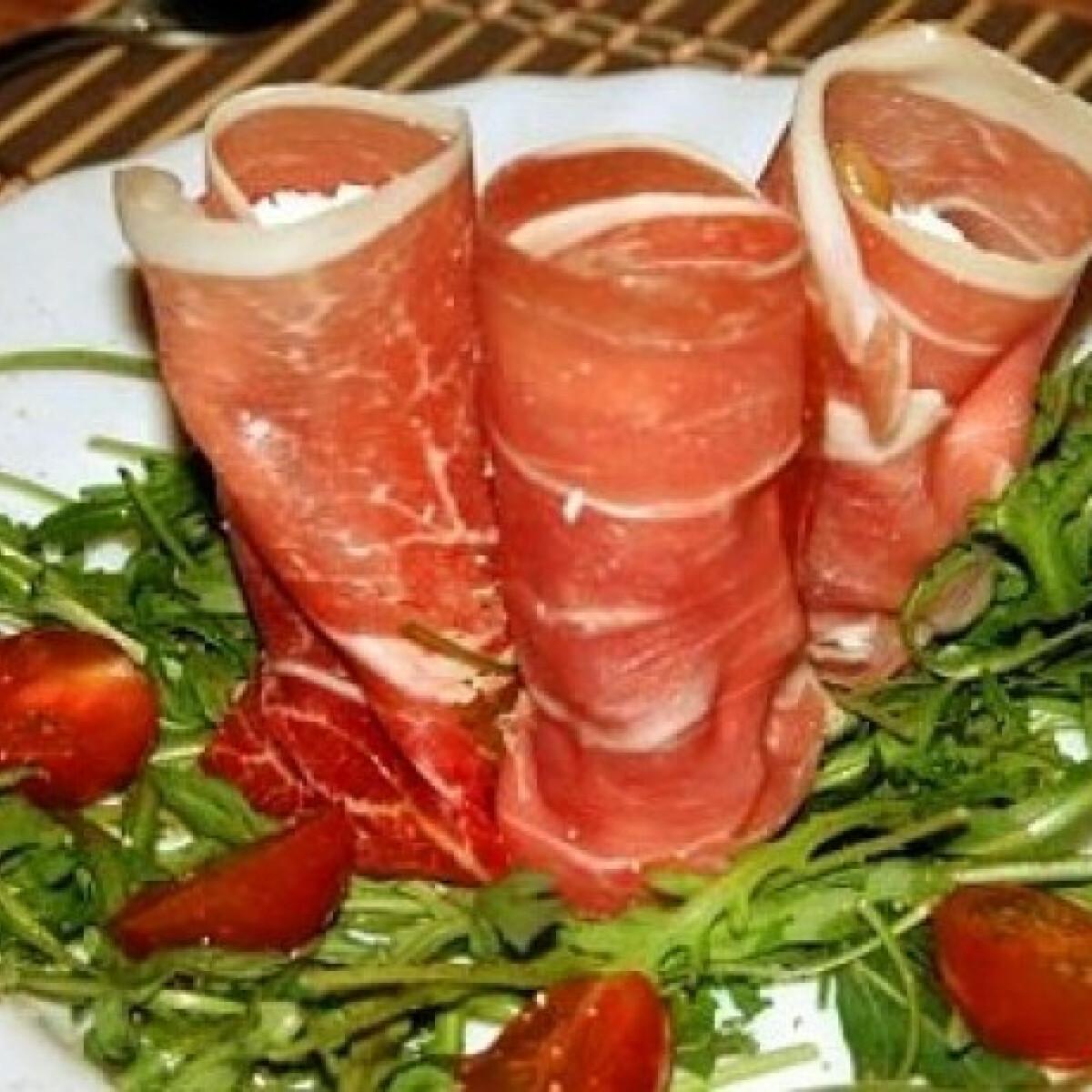 Ezen a képen: Aszalt körtés ricottával töltött sonka salátaágyon