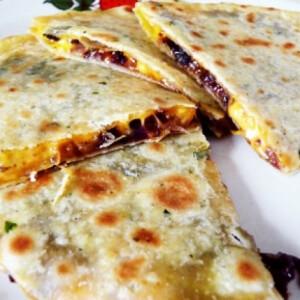 Hagymás-cheddar sajtos quesadilla