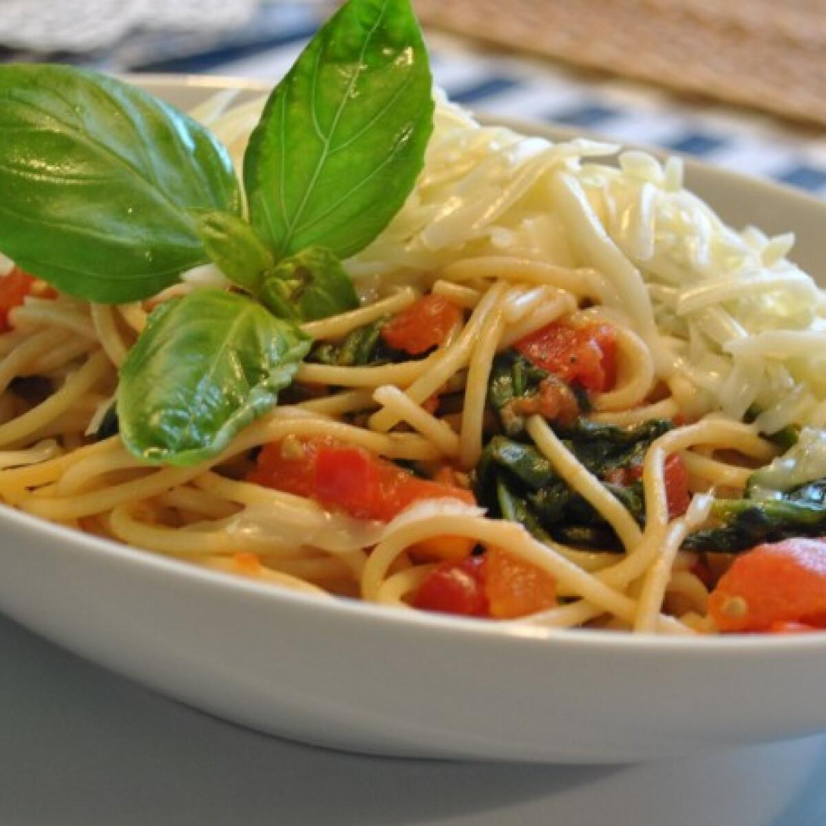 Teljes kiőrlésű spagetti spenóttal és zöldségekkel