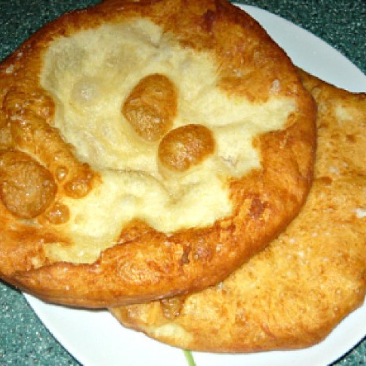 Ezen a képen: Krumplis-tejfölös lángos
