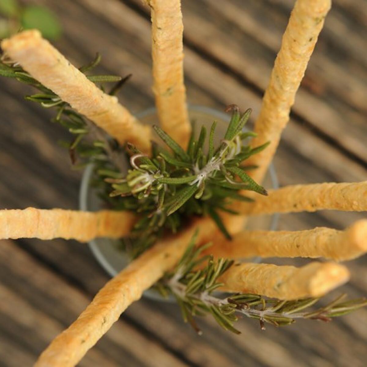 Ezen a képen: Rozmaringos-sajtos rudak