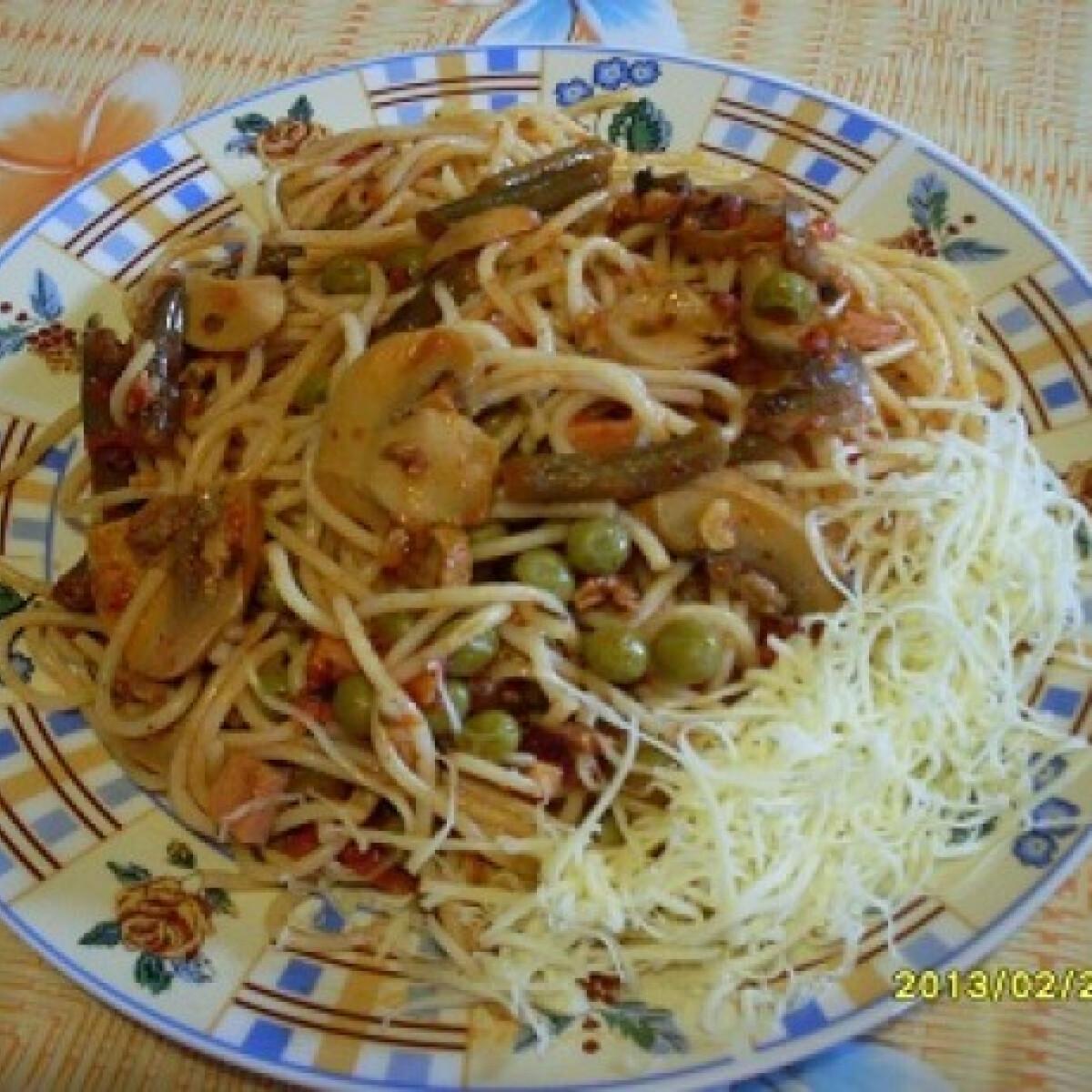 Ezen a képen: Gombás-zöldbabos-borsós szósz spagettivel
