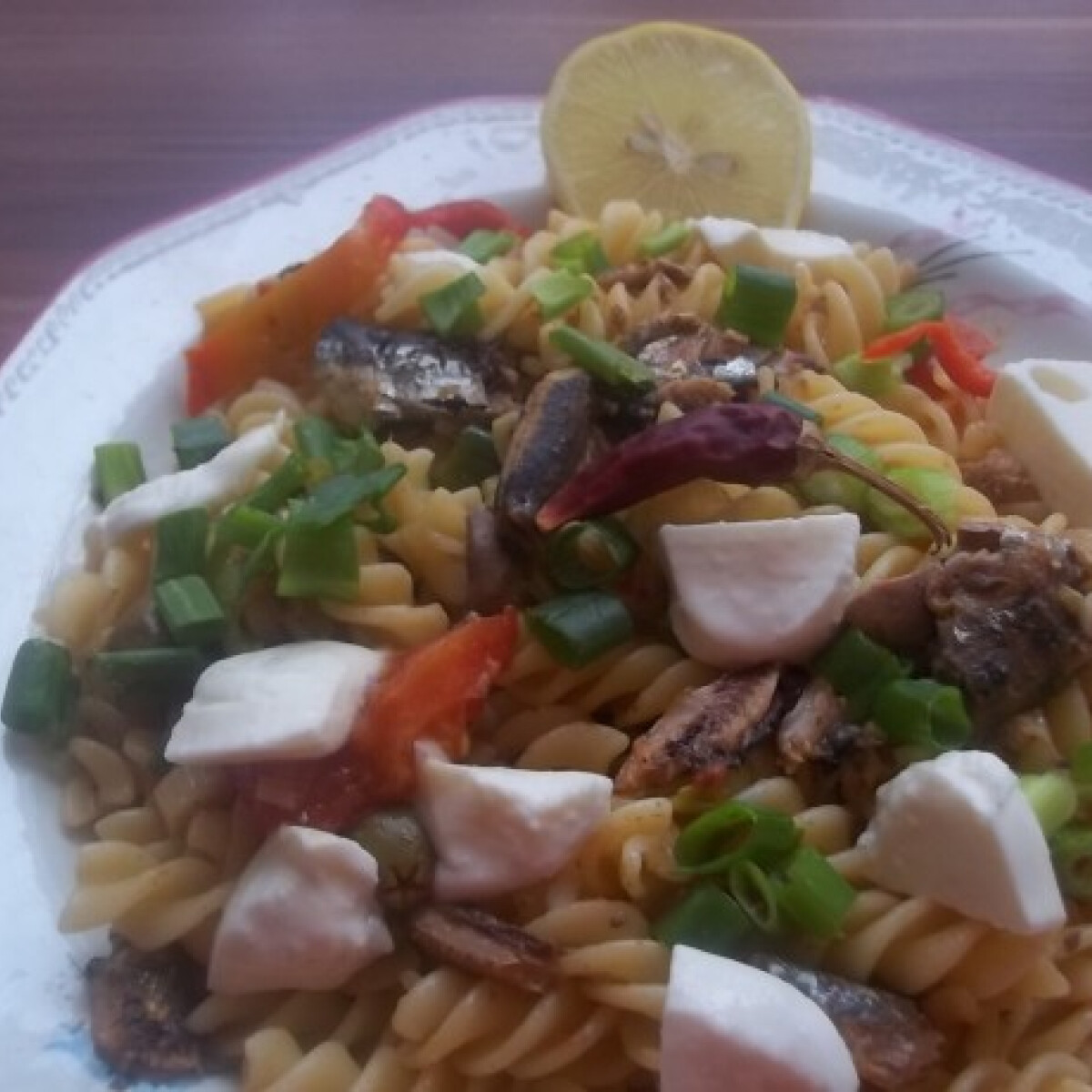Ezen a képen: Fusilli chiliszószos szardíniával és mozzarellával