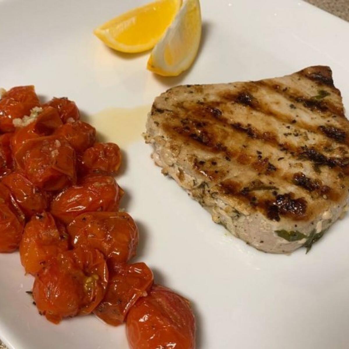 Ezen a képen: Grillezett tonhalsteak grillezett paradicsommal