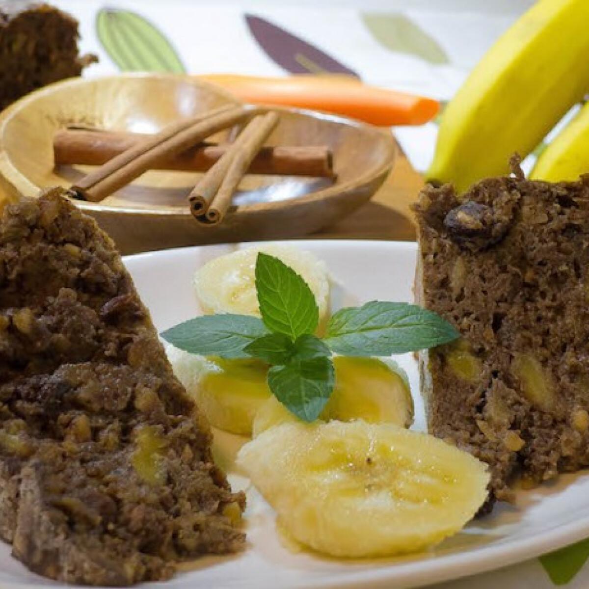 Ezen a képen: Mandulás banános cukormentes zabpehely sütemény