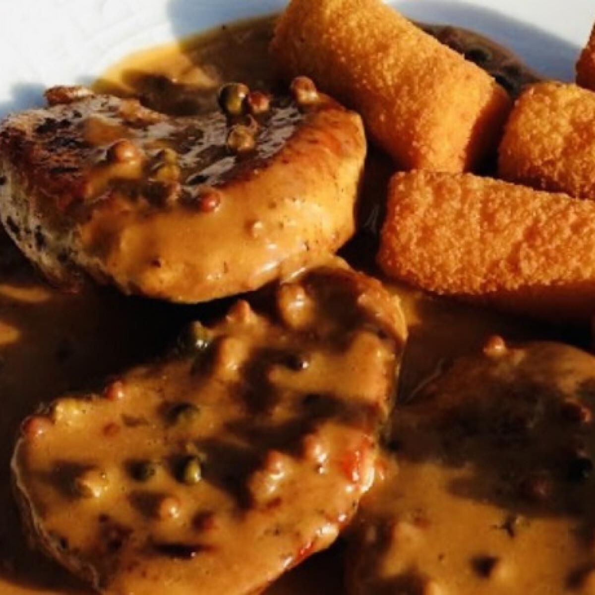 Ezen a képen: Színes-borsos steak barna mártással