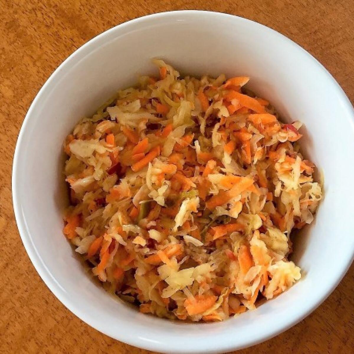 Ezen a képen: Savanyúkáposzta-saláta