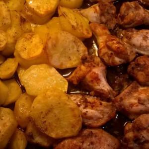 Ropogós csirkeszárny vele sült burgonyával