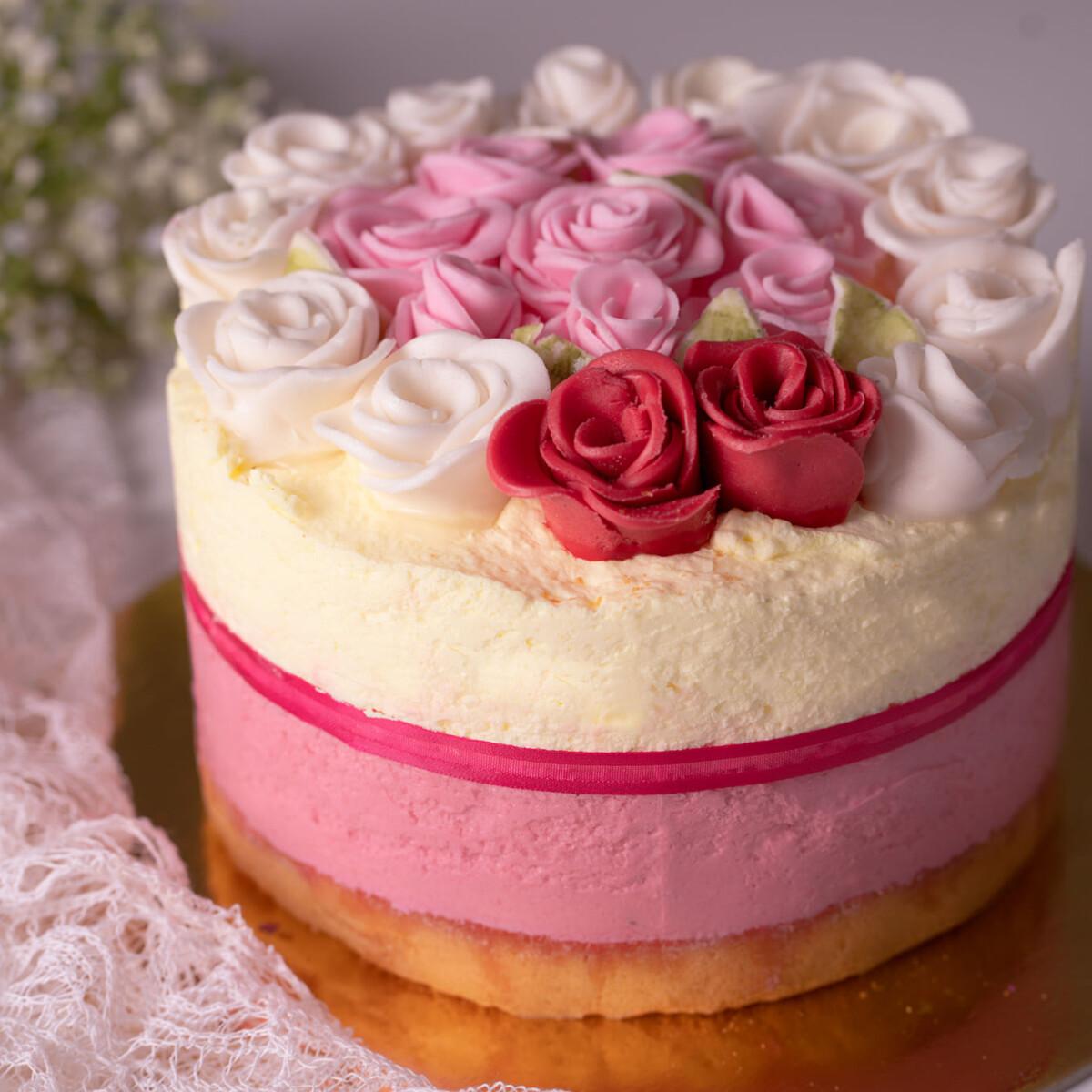Ezen a képen: Eper-bodza mousse torta