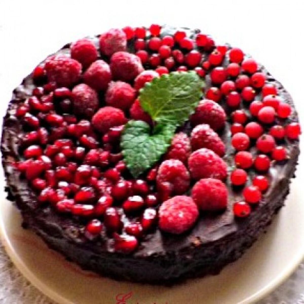 Ezen a képen: Csokoládétorta gyümölccsel