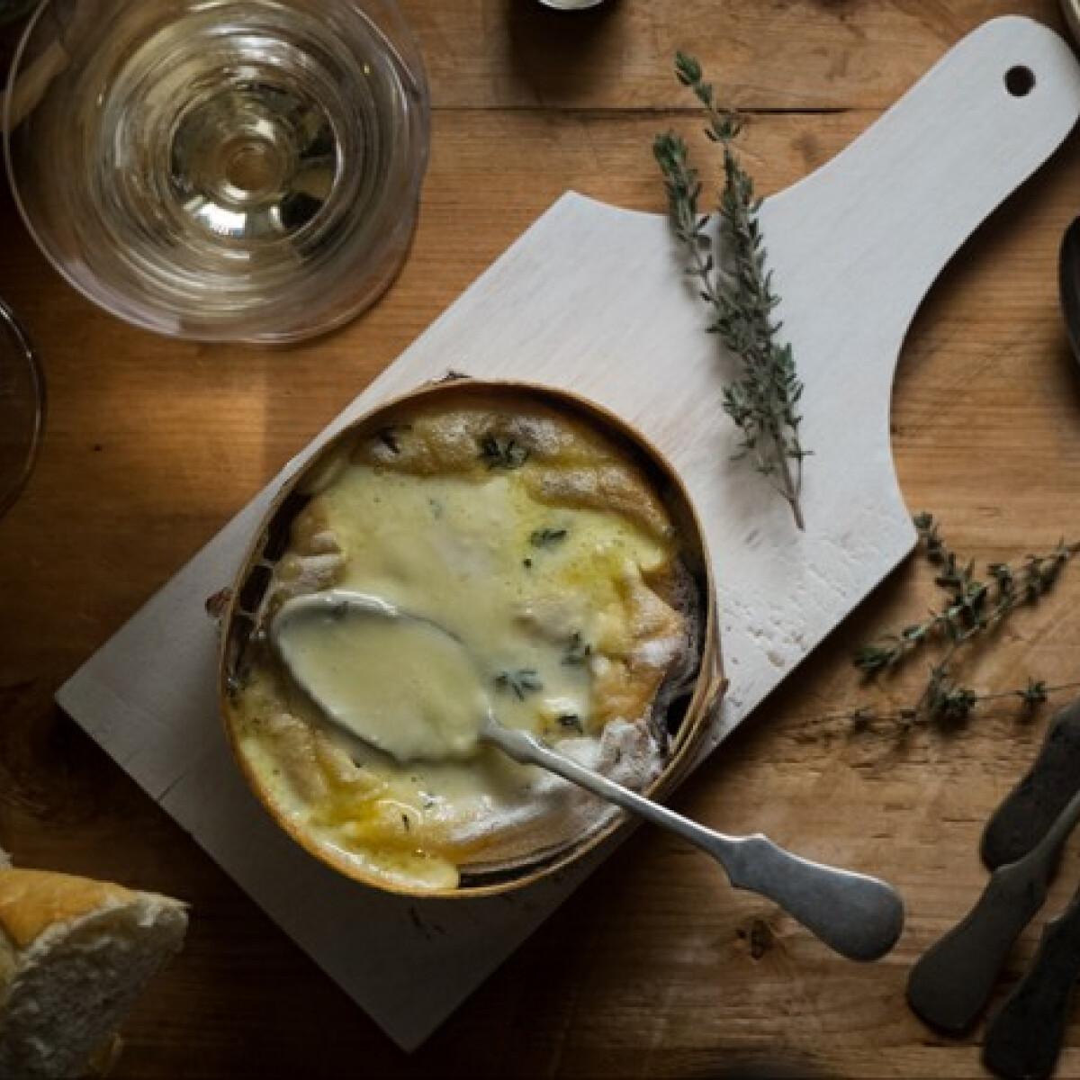 Ezen a képen: Tunkolnivaló sült sajt