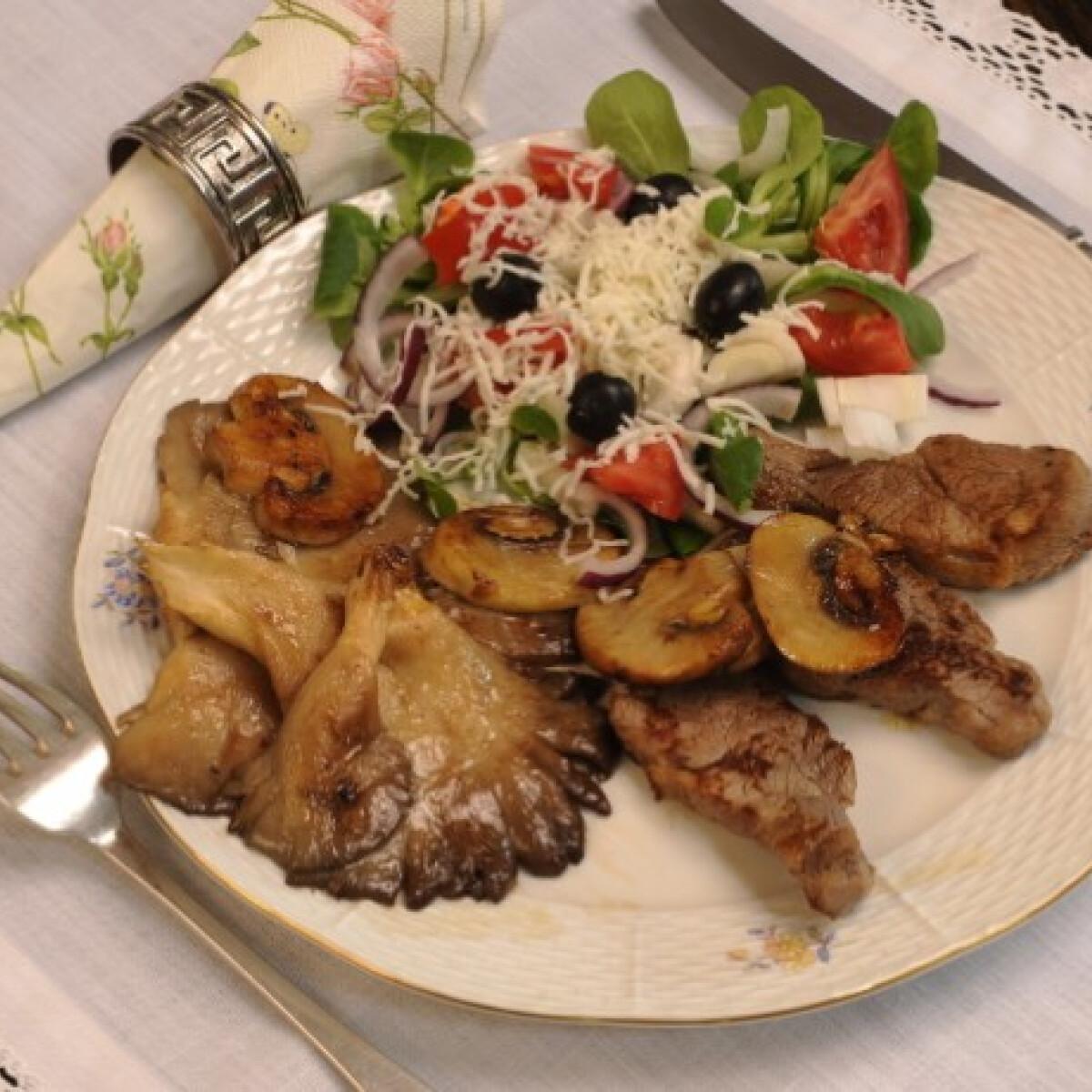 Ezen a képen: Grillezett szűzpecsenye gombával és friss salátával