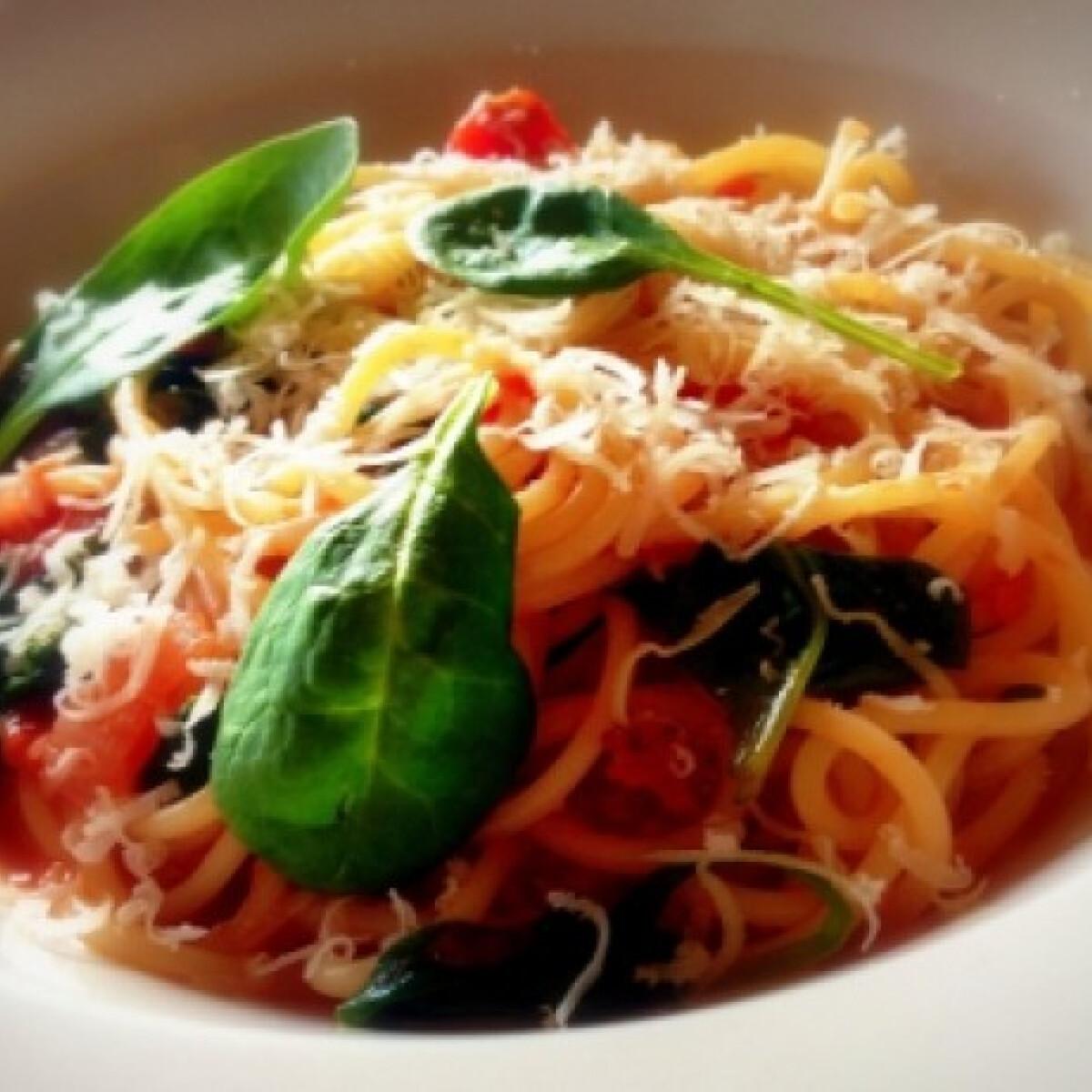 Ezen a képen: Bébispenótos paradicsomos spagetti
