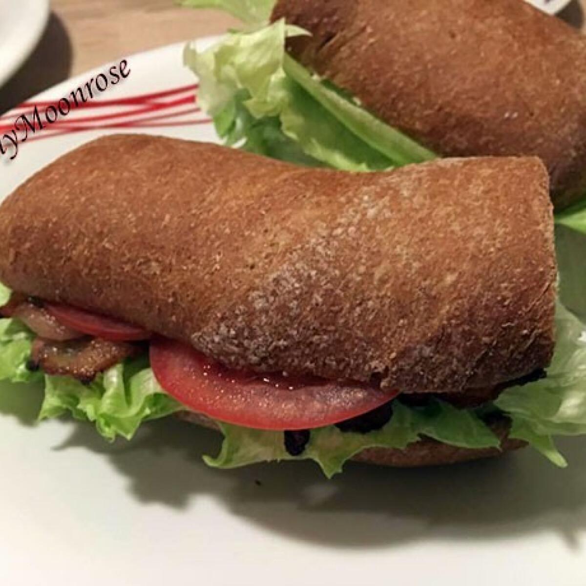 Ezen a képen: Juhtúrós baconös szendó