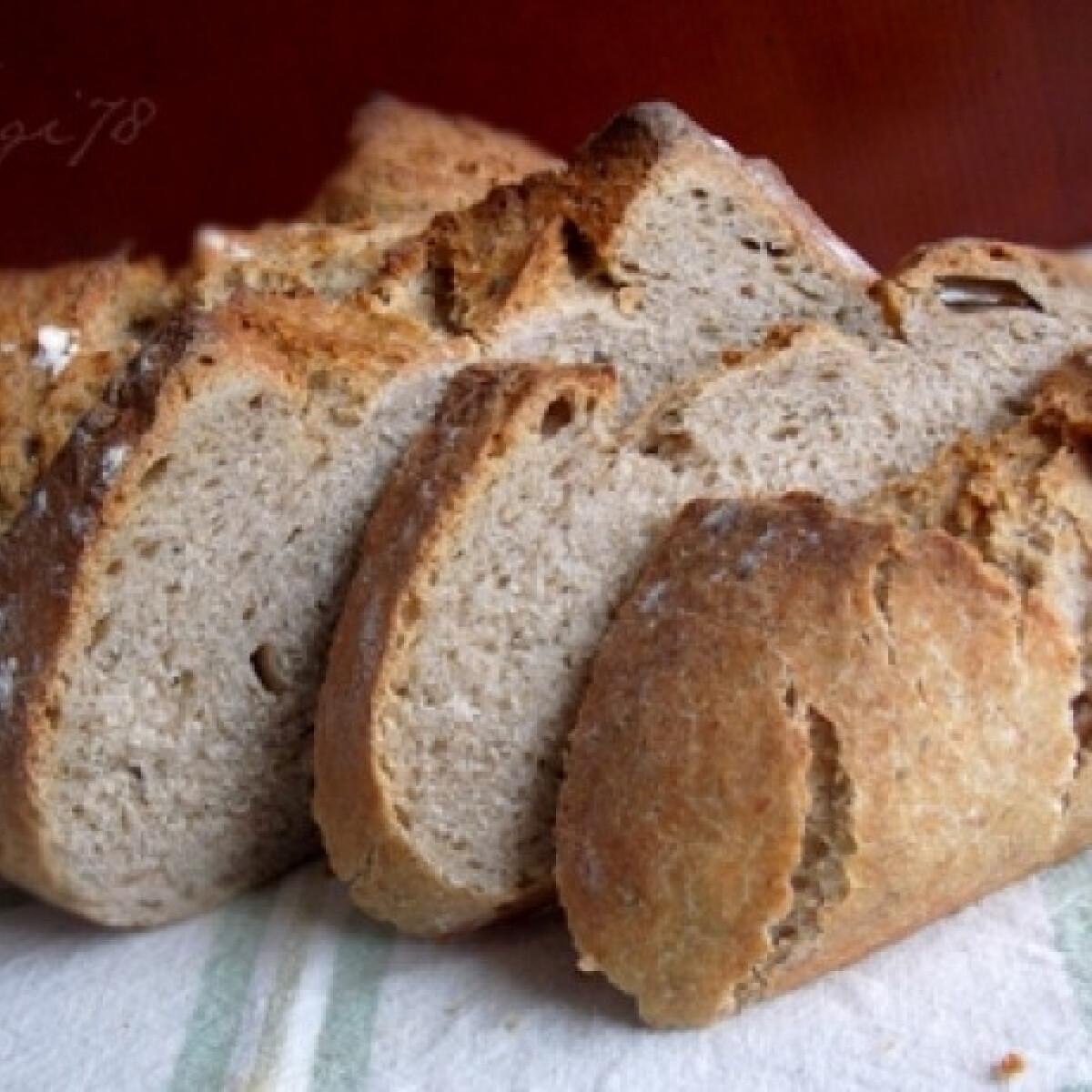 Ezen a képen: Zöldfűszeres-rozsos kovászos kenyér