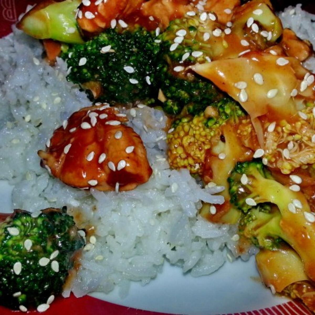 Ezen a képen: Kínai brokkolis csirke rizzsel