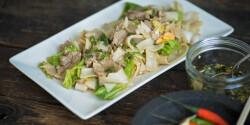 Thai pirított rizstészta sertésszűzzel, kínai kellel és szójaszósszal