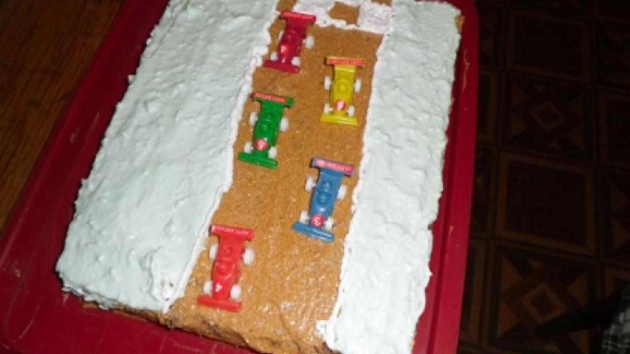 Sztracsatella-torta versenyautókkal
