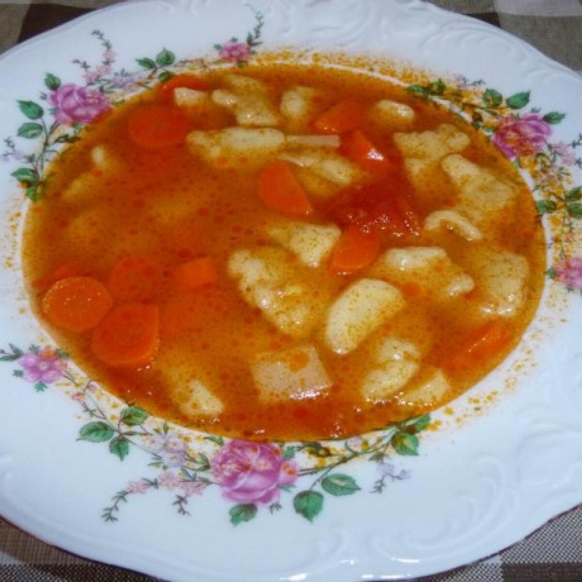Ezen a képen: Csipkedett leves