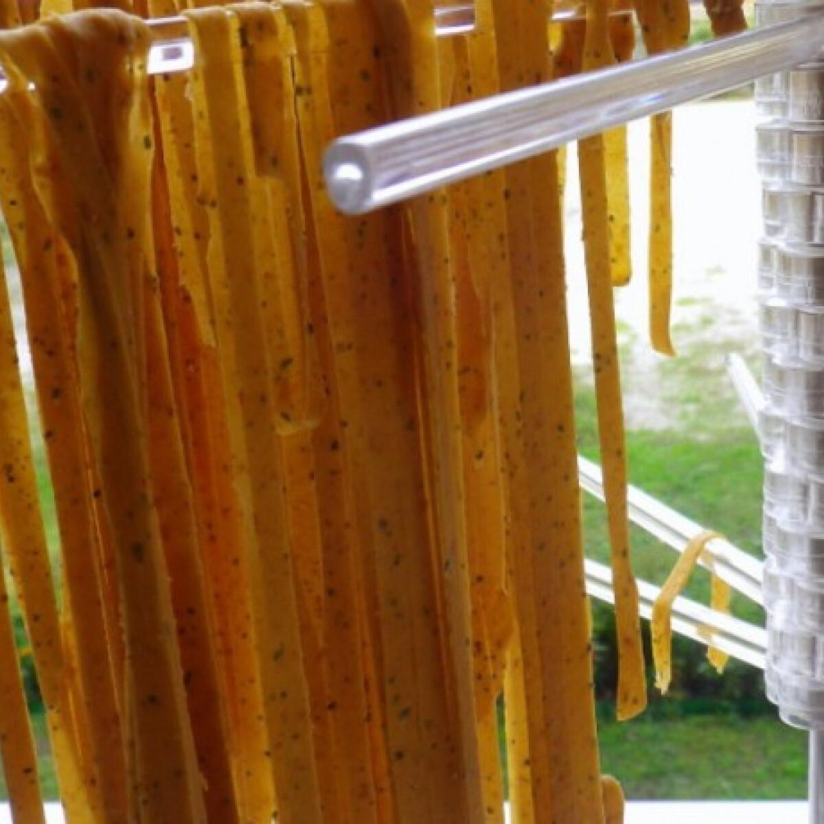 Ezen a képen: Aszalt paradicsomos házi tészta