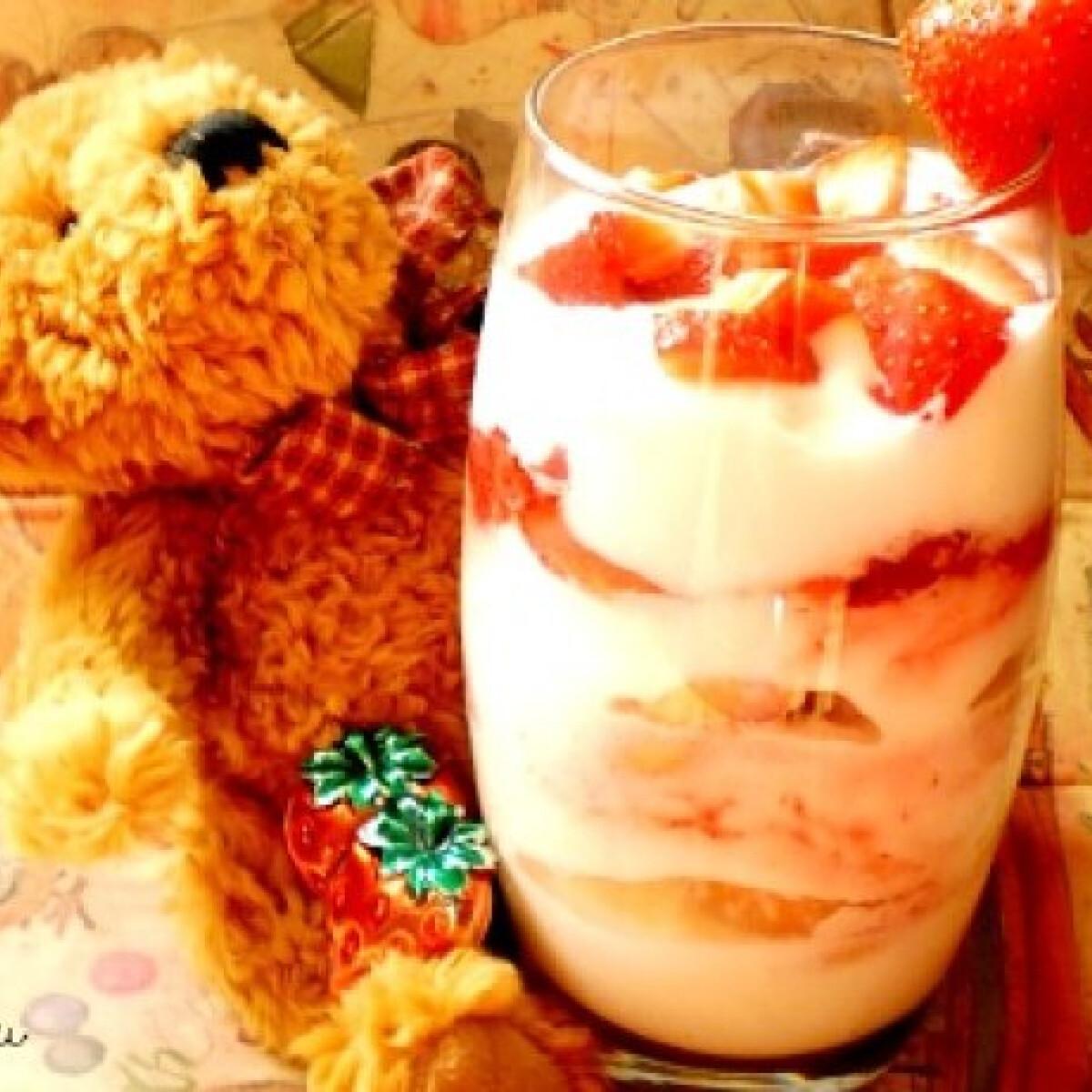 Ezen a képen: Joghurtos epres pohárkém babapiskótával