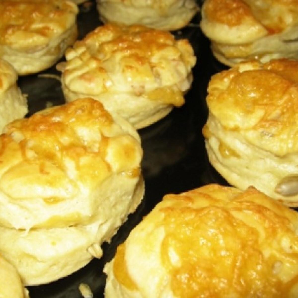 Ezen a képen: Tejfölös-vajas pogácsa sajttal és szotyival