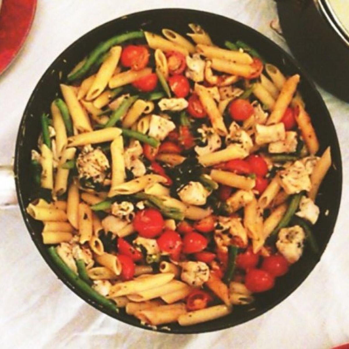 Ezen a képen: Zöldséges penne fűszeres csirkemell csíkokkal