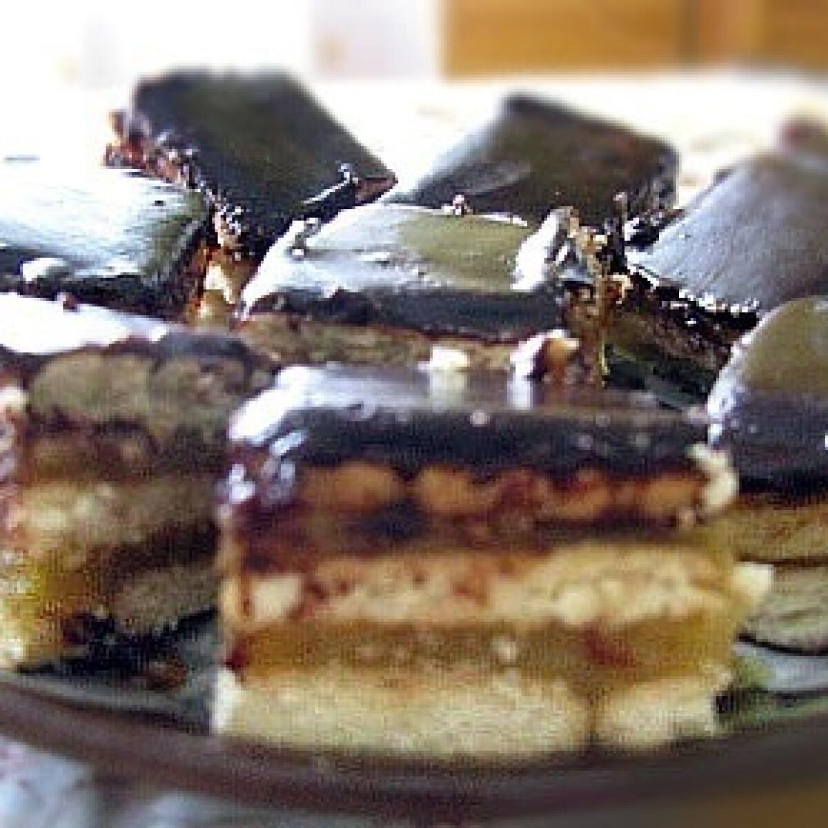 Ezen a képen: Almás-kekszes süti
