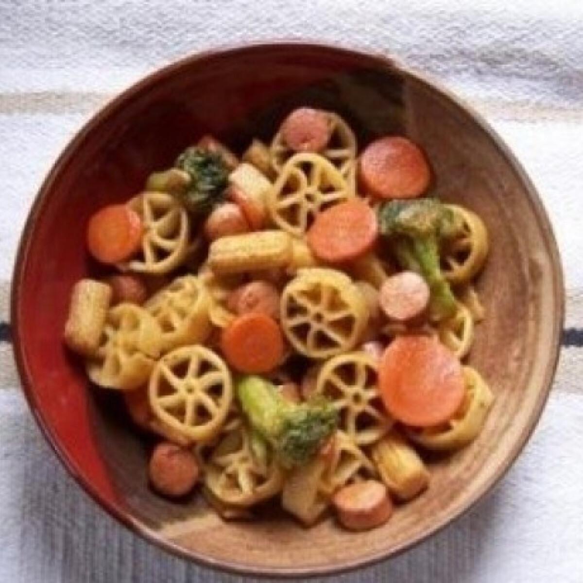 Ezen a képen: Virslis-zöldséges tészta wokban