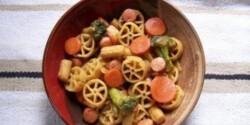 Virslis-zöldséges tészta wokban