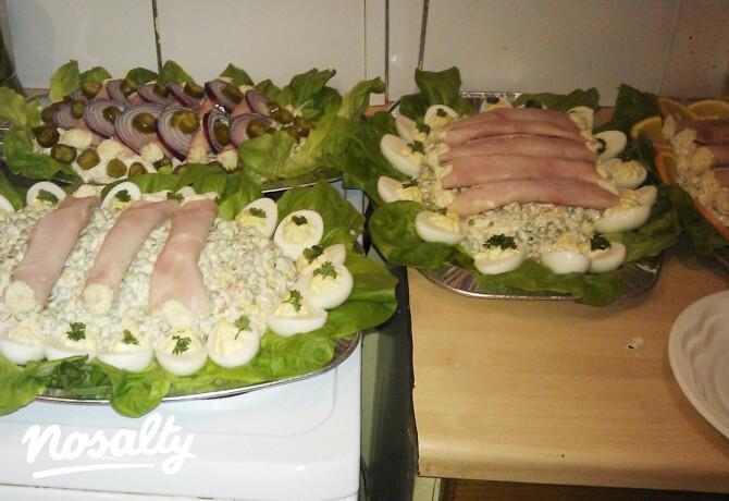 Ezen a képen: Kaszinótojás franciasaláta sonkatekercs szoszytól