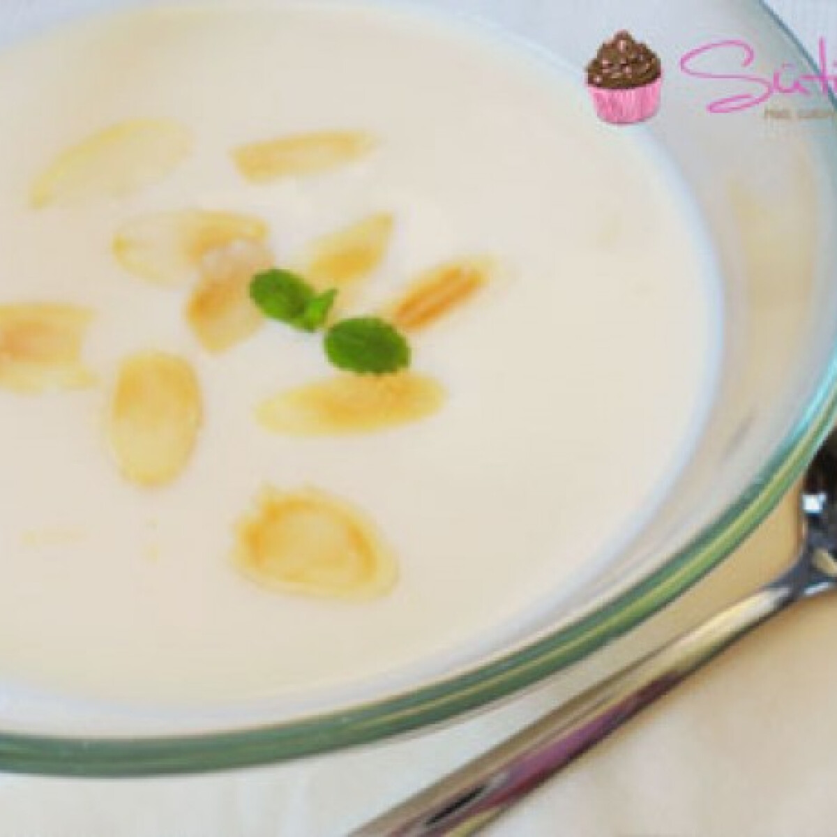 Ezen a képen: Vaníliás tejleves mandulával