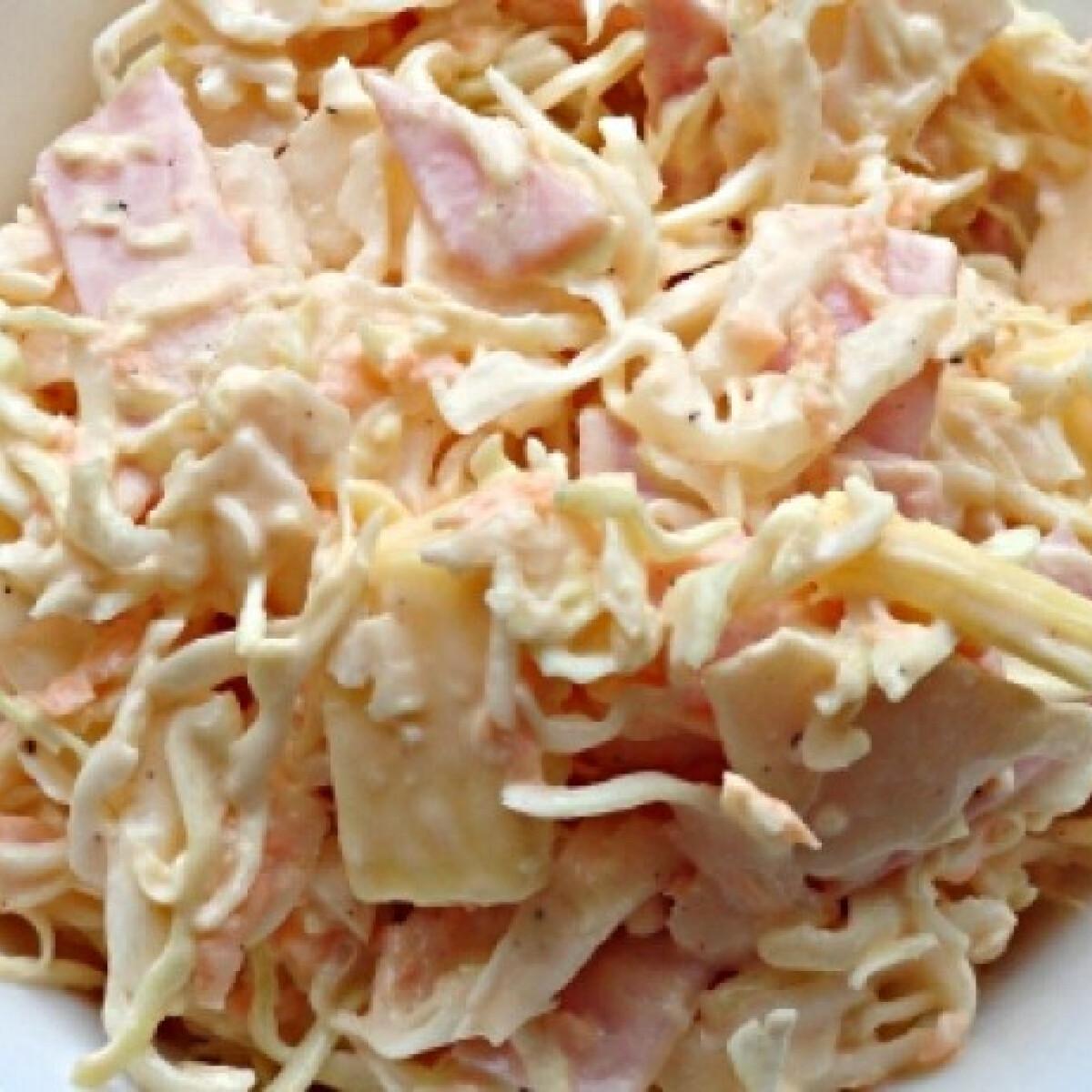 Ezen a képen: Sonkás-sajtos káposztasaláta
