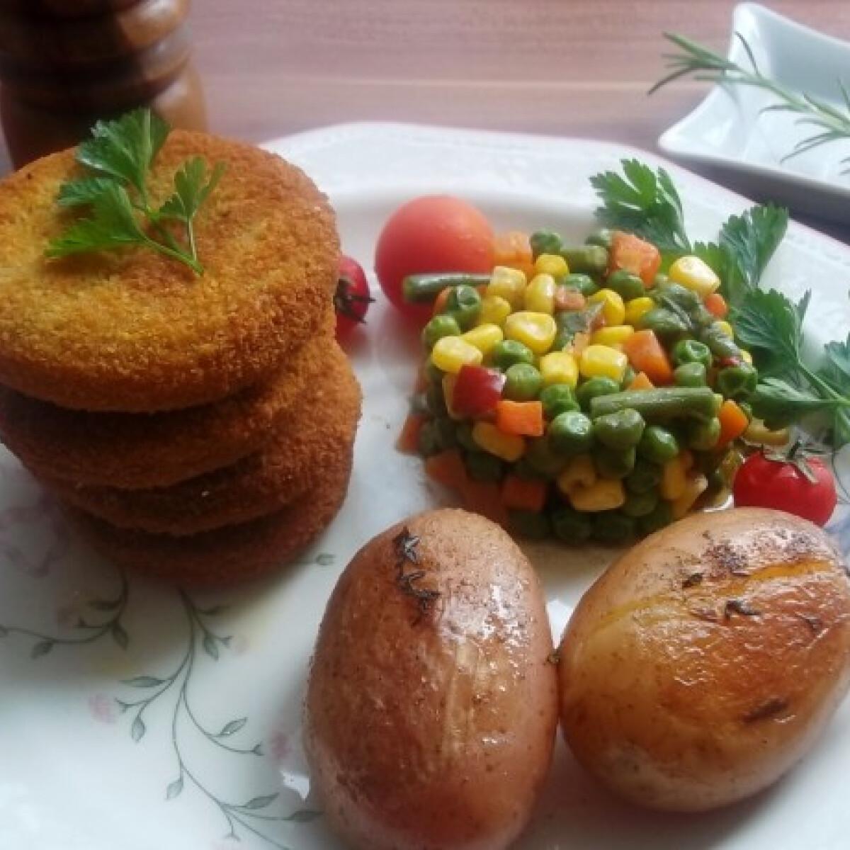 Ezen a képen: Panírozott pulykafasírt fűszeres sült krumplival