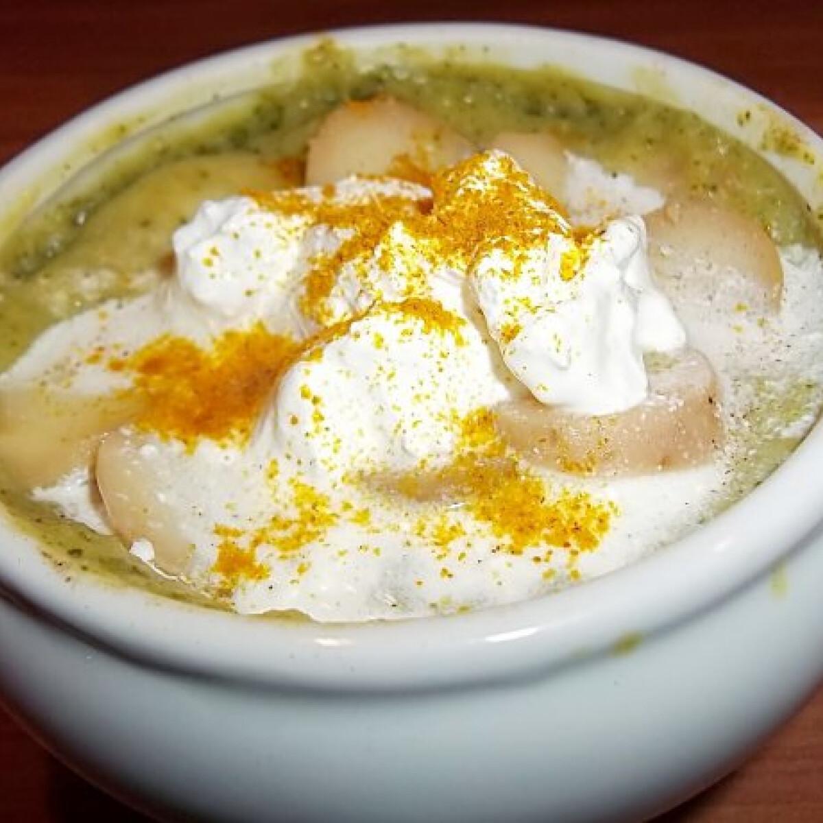 Ezen a képen: Tejfölös-currys brokkolikrémleves sok krumplival és kurkumával