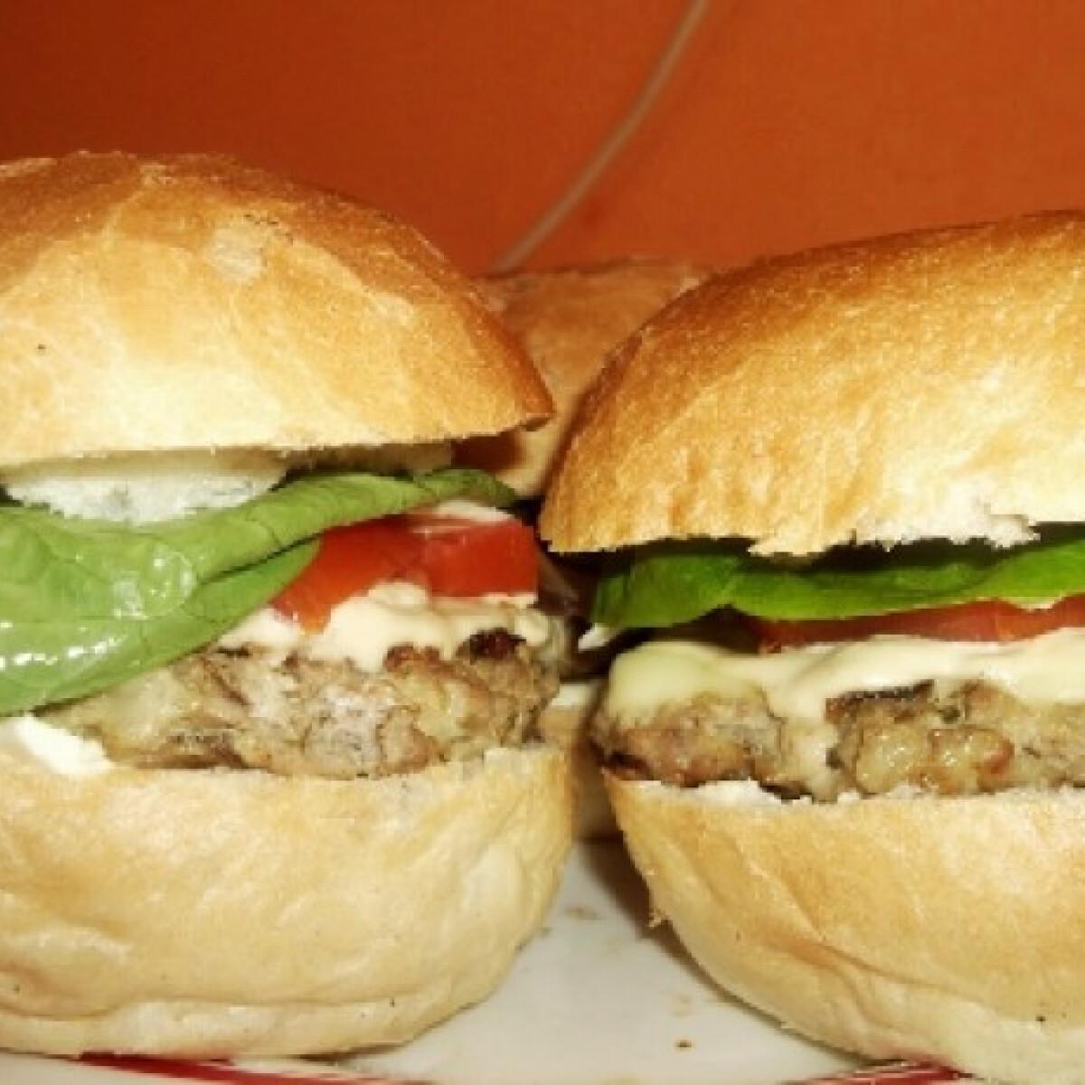 Ezen a képen: Hamburger Kattika konyhájából