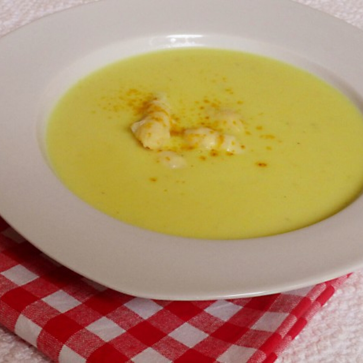 Ezen a képen: Curry-s spárgakrémleves