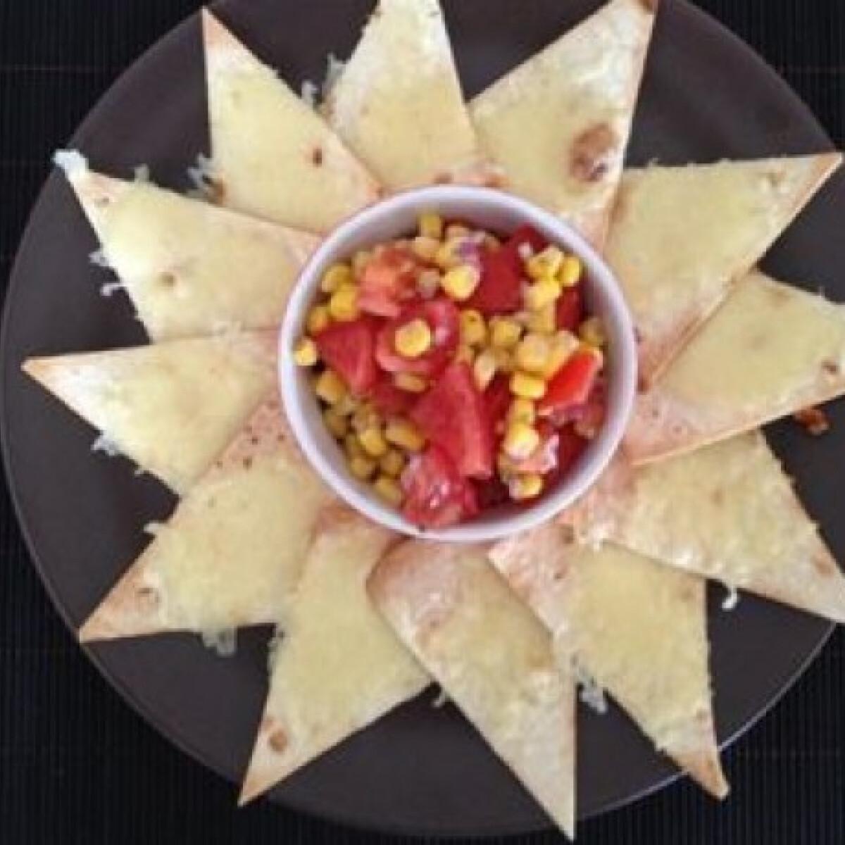 Ezen a képen: Sajtos tortilla mexikói salátával