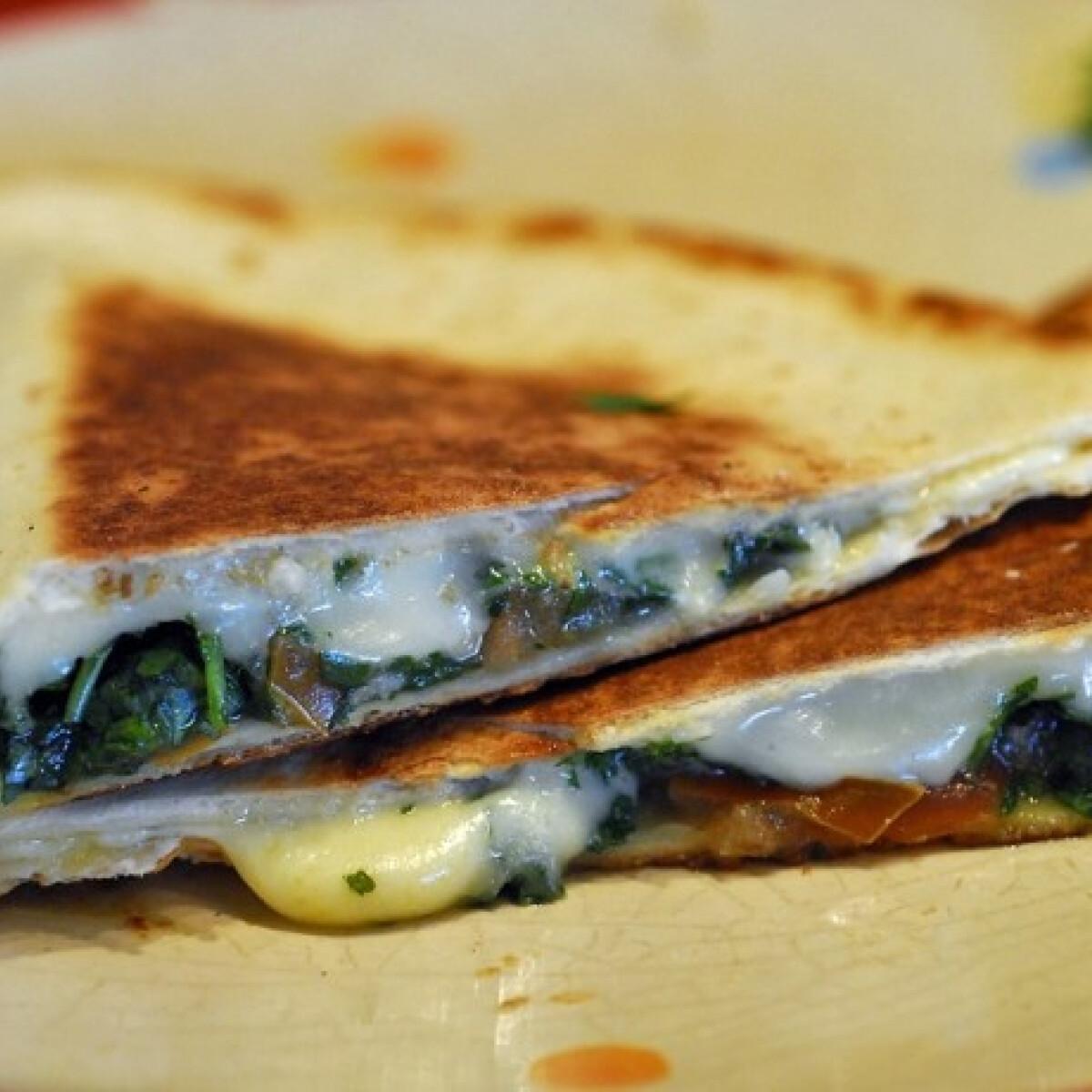 Ezen a képen: Sült töltött tortilla